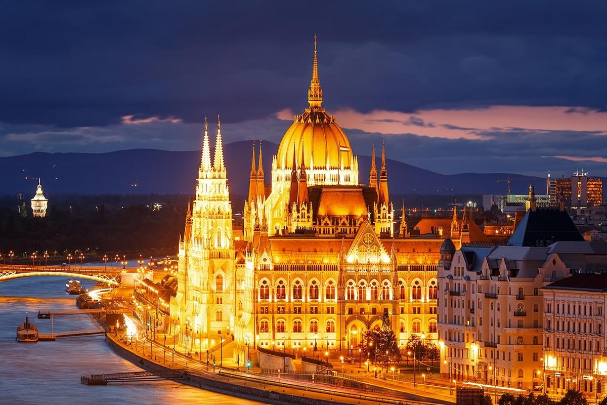 kamperen-vlak-bij-de-stad-Boedapest-f03