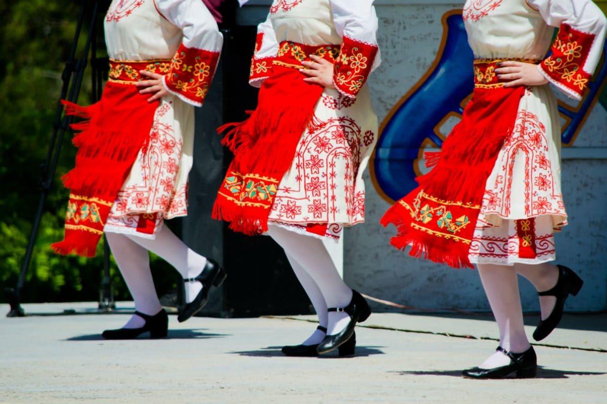 Volksdans in traditionele klederdracht; de Kroaten zijn er gek op!