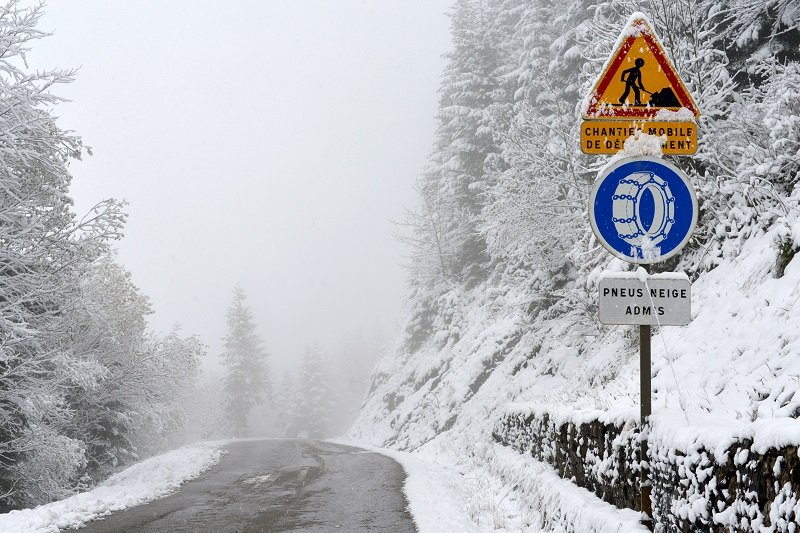 Winter tyres are sufficient on this road.
