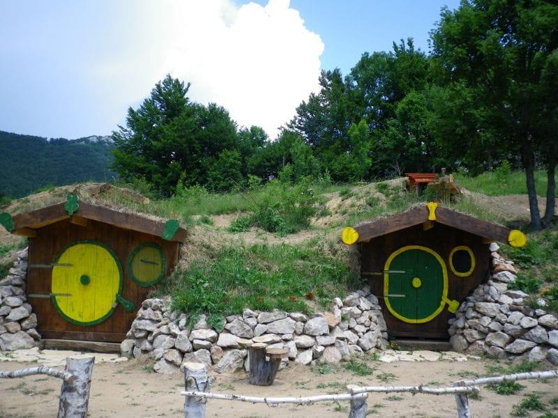 Hobbit houses Kamp Velebit Kroatië